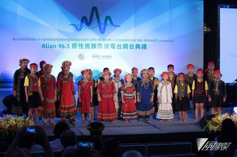 20170809-Alian 96.3原住民族广播电台9日举办开台记者会,并找来屏东北叶国小小朋友演唱排湾族古谣。(颜麟宇摄)