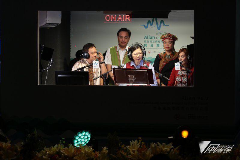 20170809-总统蔡英文9日出席「Alian 96.3原住民族广播电台」开台记者会,并进入录音室为电台发出第一声。(颜麟宇摄)