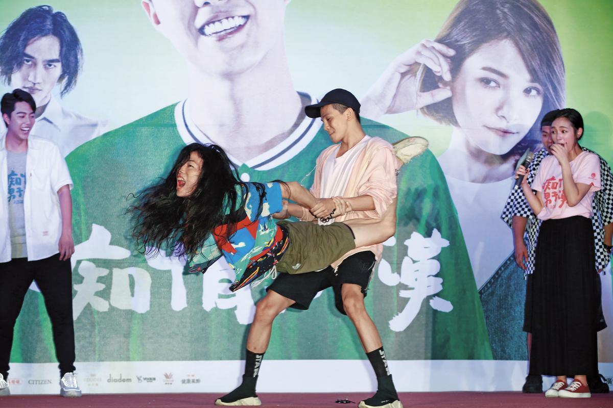 宋芸桦惊喜出现在《痴情男子汉》台北告白签名会台上,反骨男孩上演了一段「火车便当」体位。
