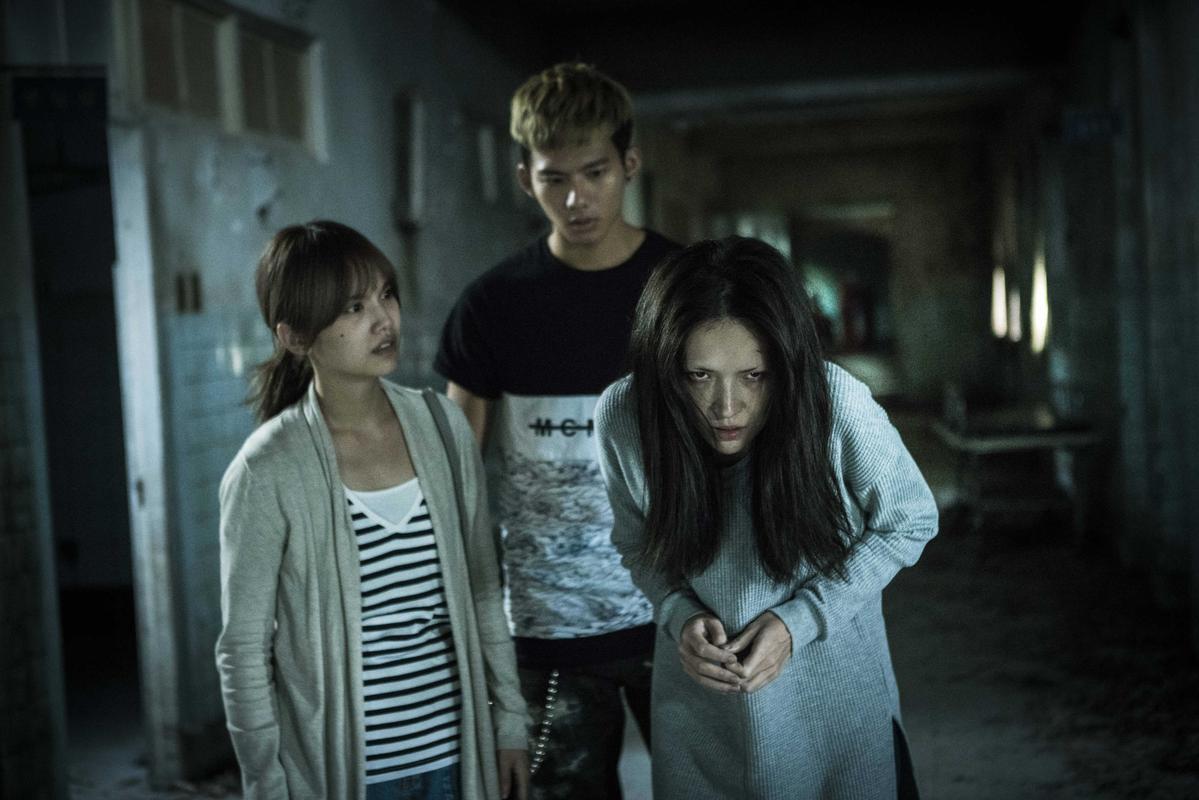 杨丞琳(左)和许玮甯对戏,但完全看不出彼此真面目。