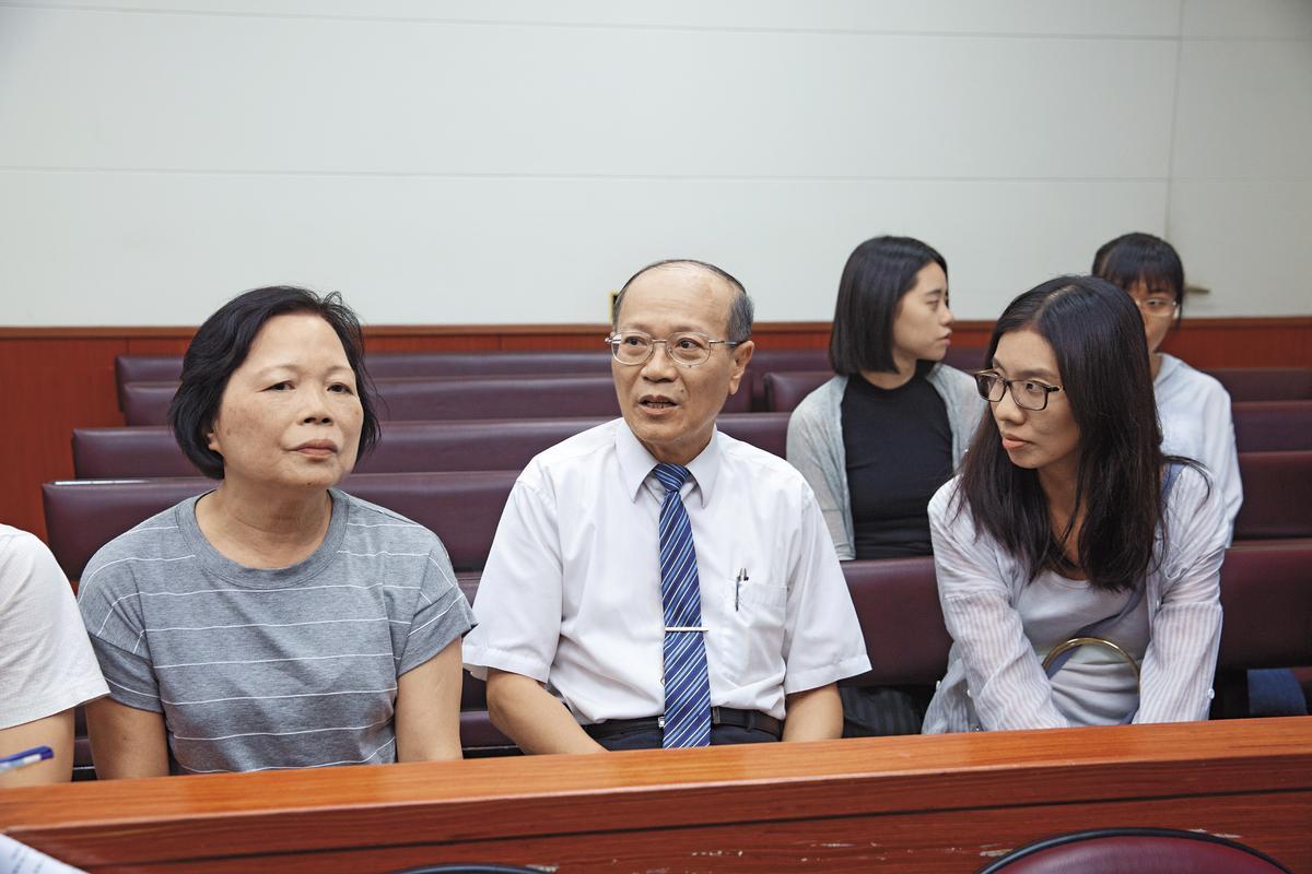 声请再审宣判这天,一路协助苏炳坤却十分低调的退休检察官彭南雄(右)也特地到场。左为苏太太。