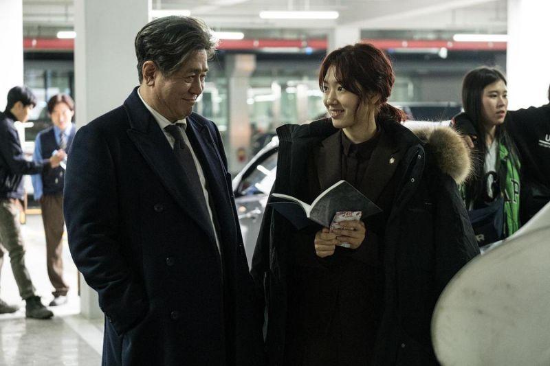 朴信惠在新片《沈默的目击者》中,与影帝崔岷植(右)有精彩对手戏。(CJ娱乐)