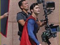 《超人》 现身救世奇克拉克肯特扮相书生气十足