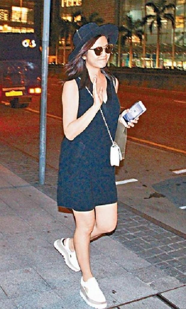 陈艳喜怀孕的肚子显然是独自行走
