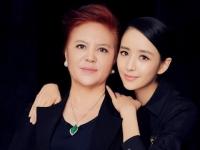 佟丽娅微博晒与母亲合照 母女酷似姐妹花