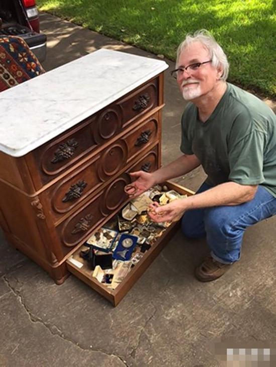 老人二手市场淘衣柜 打开现成堆珠宝