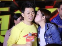 王宝强在宣传《大闹天竺》被强吻   帅气助理成功抢镜