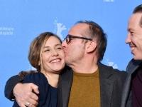柏林国际电影节开幕影片《姜戈》举办发布会 导演亲吻女主角