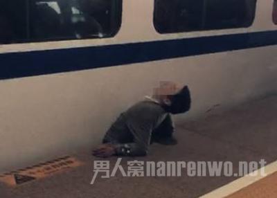 男子被列车夹住身亡
