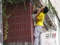 托举哥爬楼救人 小区英雄勇救身体悬空男童揭惊险始末