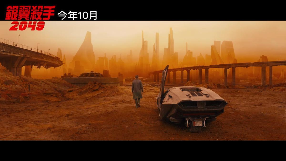 除了科技未来感外,也有黄沙遍野的末日氛围。(翻摄自预告)