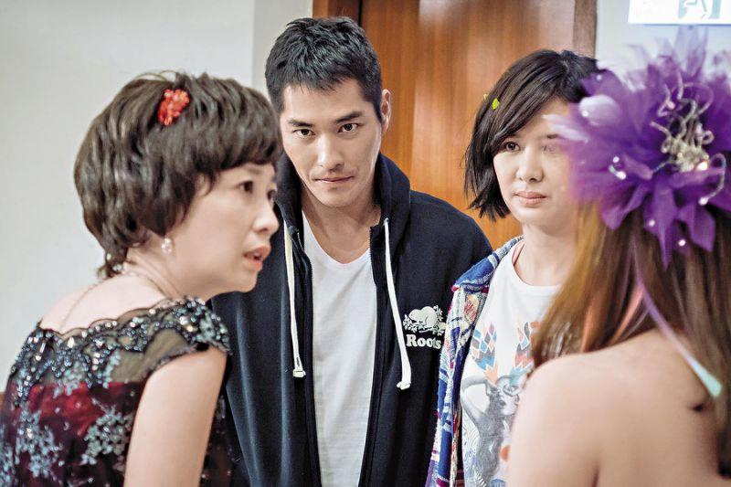 蓝正龙(中)在前年凭藉《妹妹》戴耀起一角,夺下第50届金钟奖戏剧节目男主角奖。左为黄嘉千,右为安心亚。(台视提供)