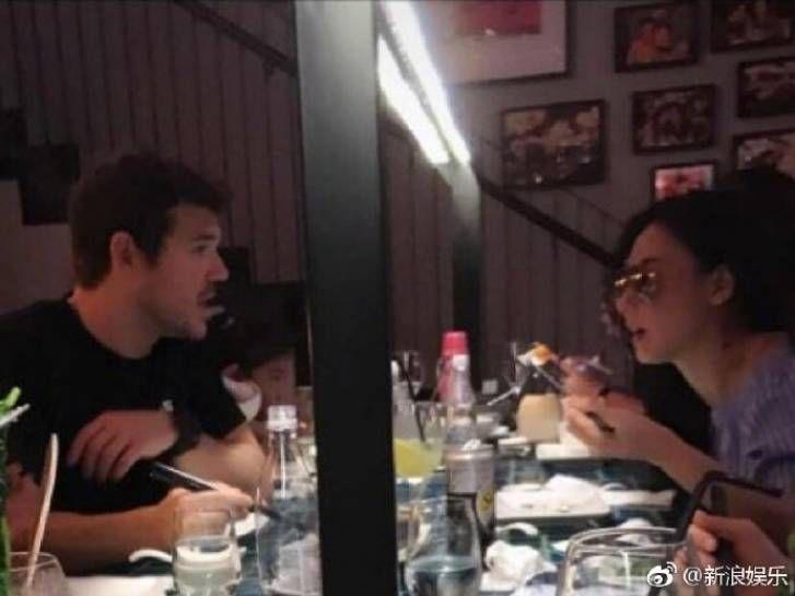 (张柏芝与外籍男子甜蜜用餐。图/翻摄自微博,2017.07.11)