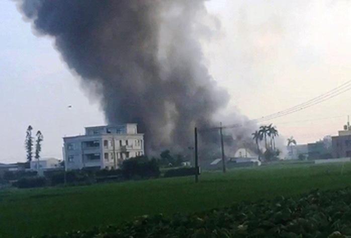 火势延烧很快,浓烟密布吓坏附近邻居。