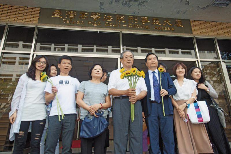 高院裁定准予再审後,苏炳坤(前左4)在太太(前左3)、律师等人陪同下接受媒体采访。前左2为仍在争取冤案平反的郑性泽。