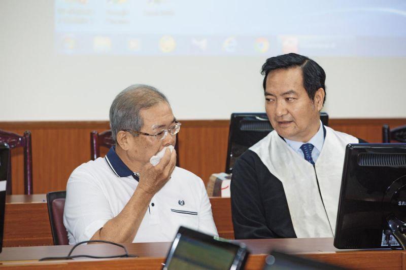 9月19日上午,高院裁定准予再审,苏炳坤(左)当庭泪流满面。