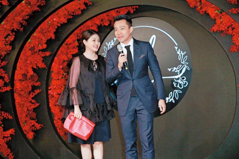 大S(左)、汪小菲夫妇出席安以轩婚宴,特地穿黑色洋装遮掩肚子。