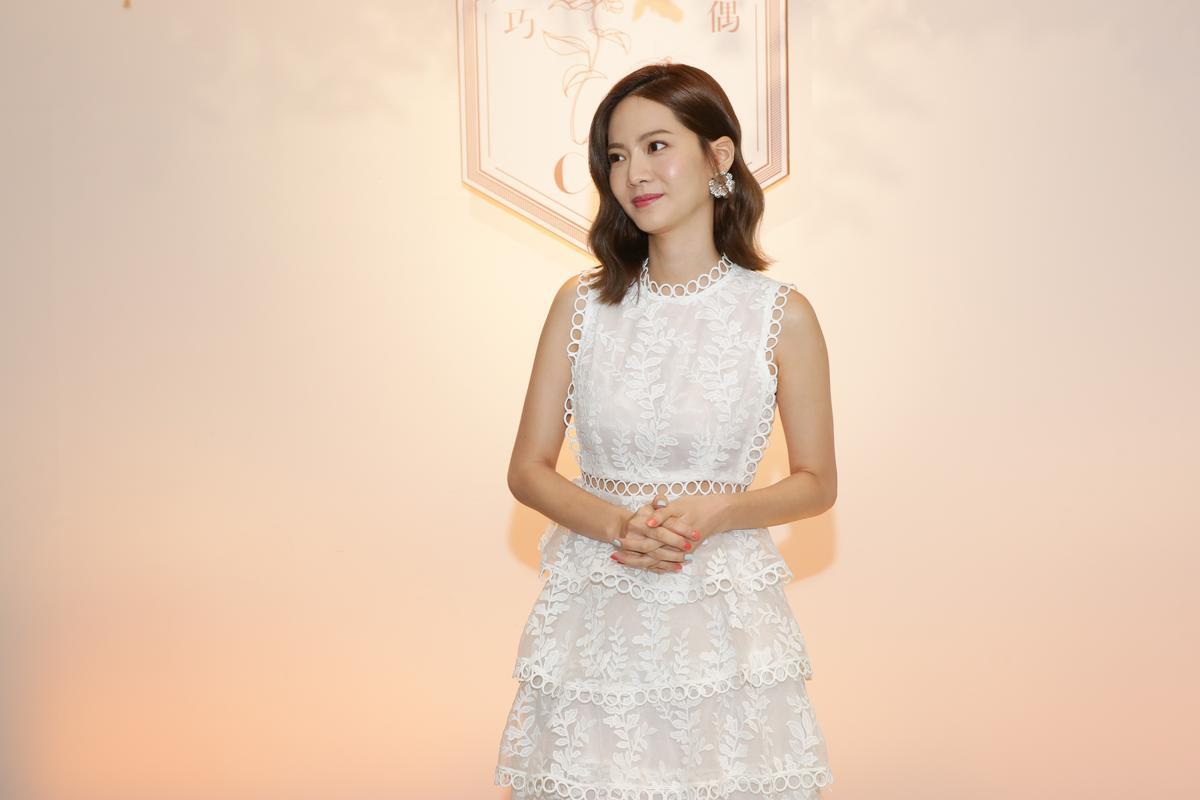 曾之乔穿着白色长洋装,女神般浪漫出席花店开幕活动。