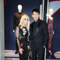 Versace亚洲最大旗舰店香港开幕 张震正装帅气剪綵